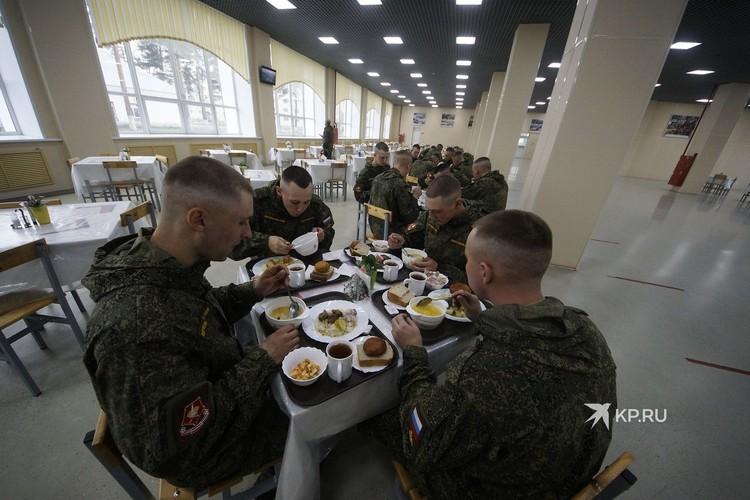 Шурпой и люля-кебабом в международный день Повара накормили солдат-срочников.