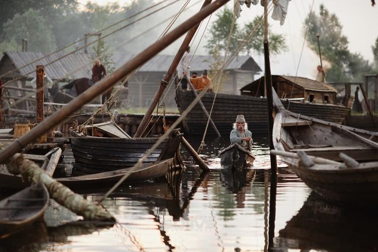 На киноплощадке даже речка была, по которой плавали на лодках. Фото: tobol-film.ru