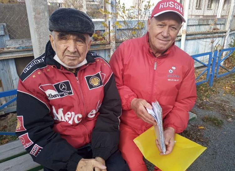 Юрий Чехлатый (справа) был поражен равнодушием медиков и помог пенсионеру добиться лечения.