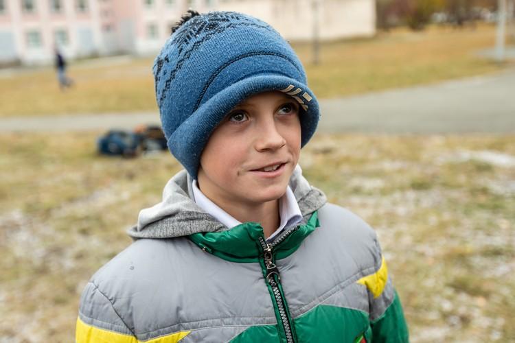 """Иван, ученик школы №129 Челябинска, мечтает сыграть за """"Трактор""""."""