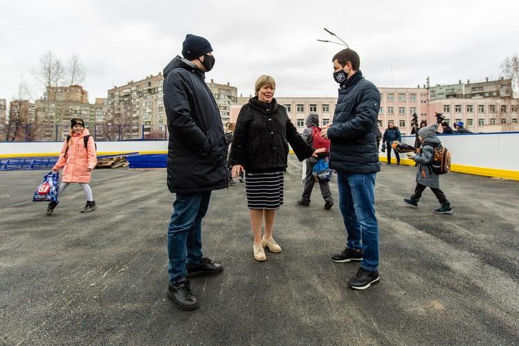 На строящемся хоккейном корте обсудили вопросы эксплуатации спортивного объекта.