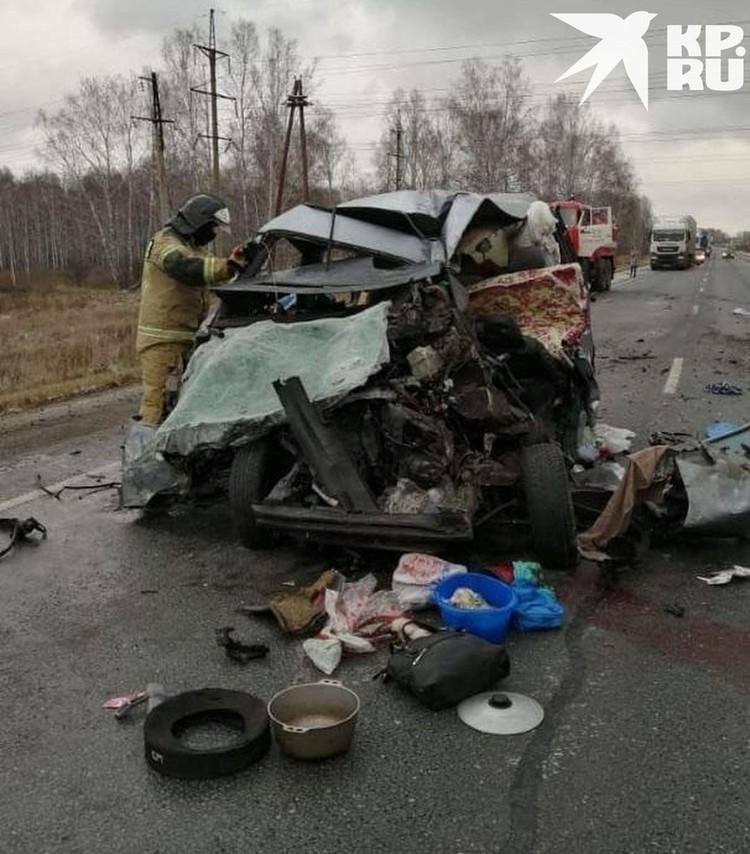 При столкновении микроавтобуса и пассажирского автобуса погибли пять человек.