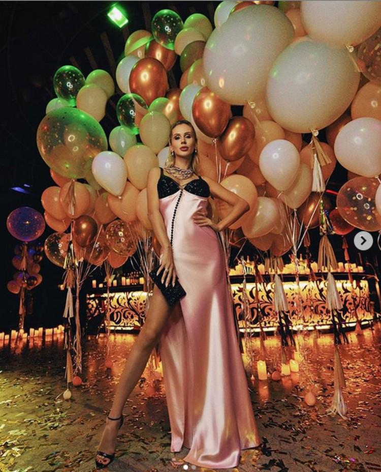 День рождения артистка отметила в одном из лучших ресторанов Дубаи. Фото: Инстаграм.