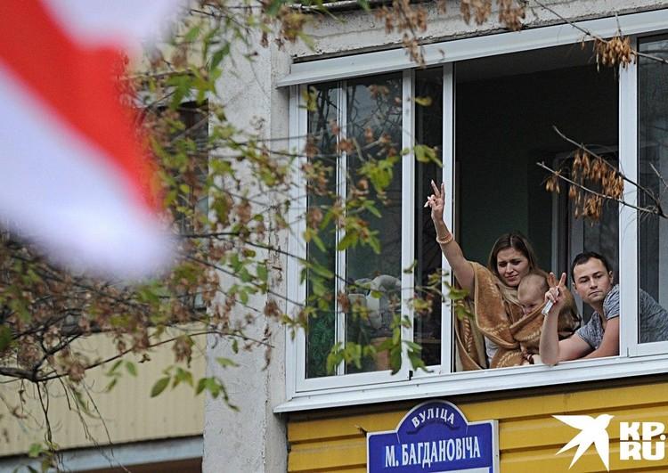 Минчане приветствуют шествие. Фото: Виктор ПЕТРОВ