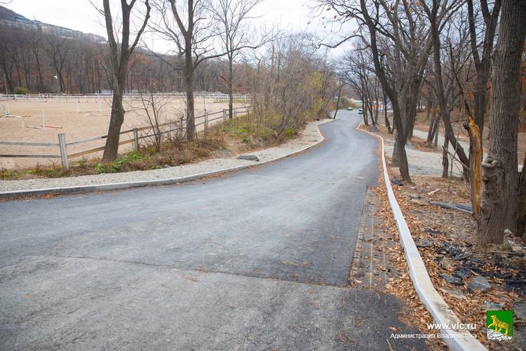 На основной дорожке парка уже уложен асфальт