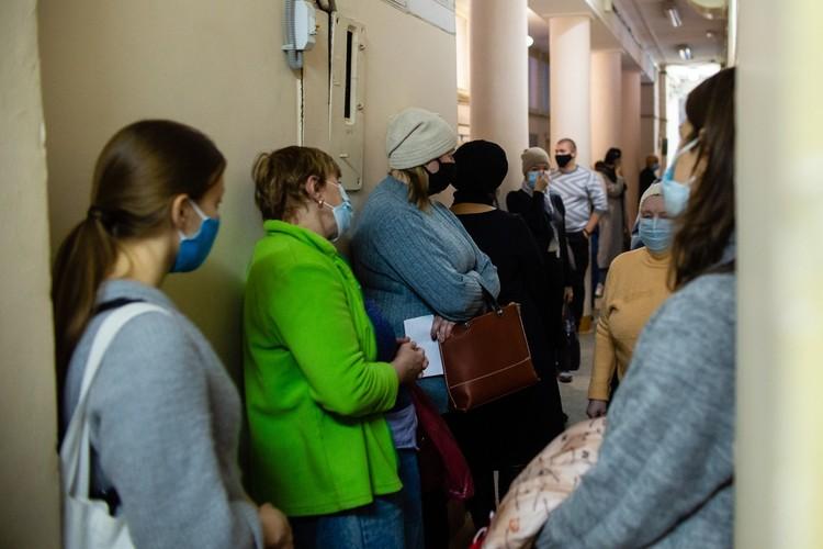 Поликлиника №2 ГБ№1. Самая длинная очередь выстраивается в процедурный кабинет, где забирают кровь из вены