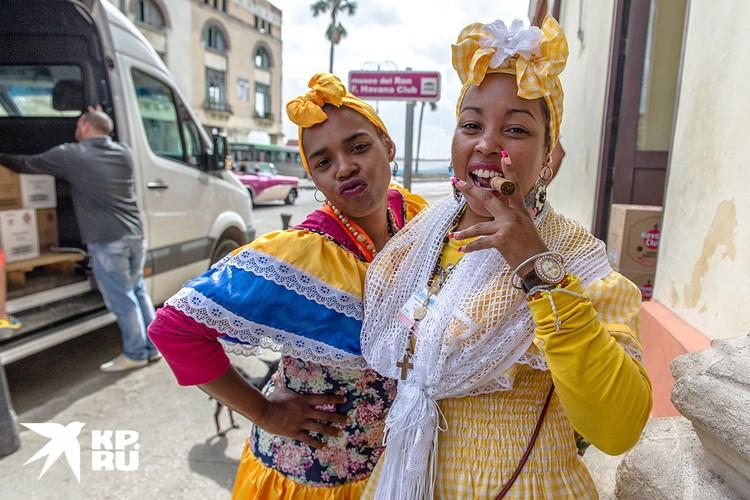 Колоритные дамы всегда готовы сфотографироваться для туриста. Вознаграждение приветствуется. Фото: Алексей Белянчев