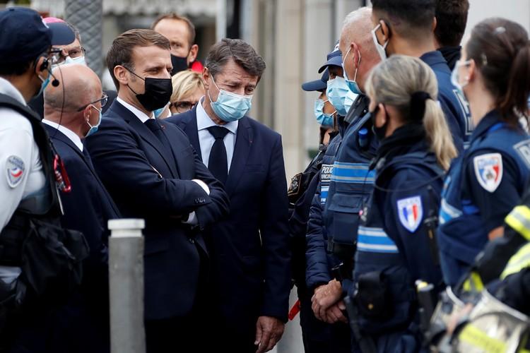 После теракта в соборе в Ницце президент Франции Эммануюэль Макрон прибыл на место трагедии