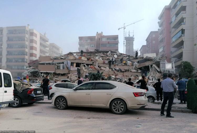 Сильное землетрясение, зафиксированное на западе Турции, вызвало значительные разрушения в одном из крупнейших городов страны Измире.