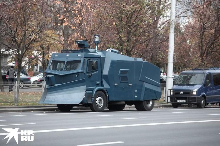 К 12:00 утра от очевидцев появились сообщения, что на центральных улицах Минска появилась спецтехника. Фото: Иван Иванов