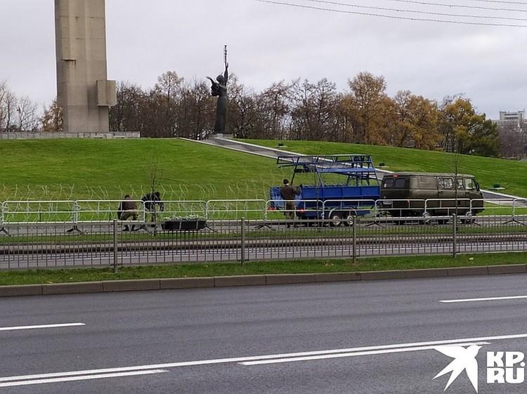 У стелы Музея истории Великой Отечественной войны натягивали колючую проволоку.