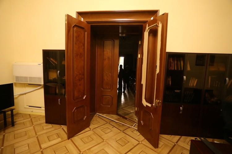 Толпа поживилась и в кабинете премьер-министра Пашиняна, кому-то даже понадобилось водительское удостоверение политика.