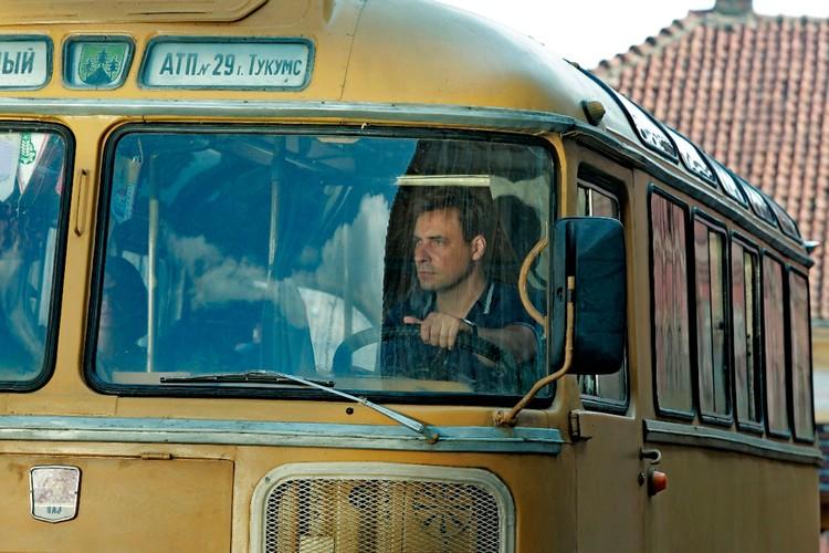 Роль водителя автобуса в фильме сыграл Евгений Цыганов.