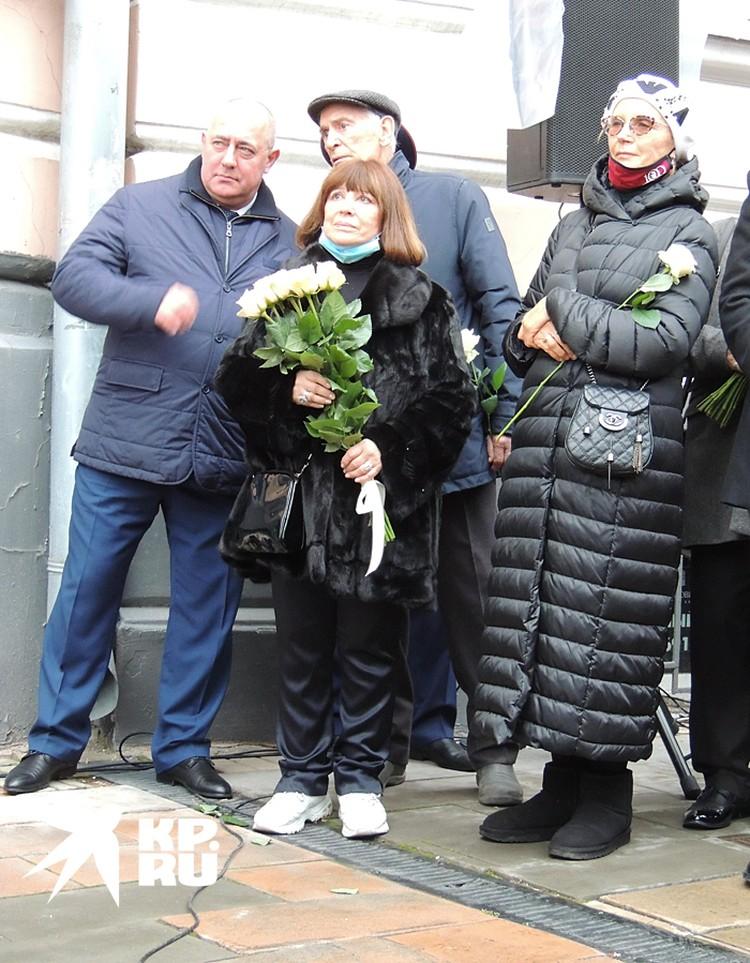 На открытие мемориальной доски пришли: Василий Лановой, Наталья Варлей, Ирина Купченко