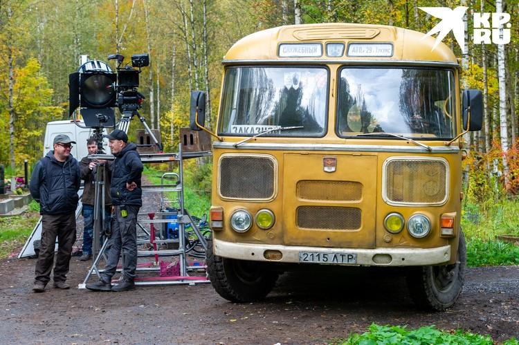 Главным героем фильма стал водитель автобуса - по версии Учителя он сначала протаранил автомобиль Виктора Цоя, а потом вез гроб с телом музыканта из Латвии в Ленинград.
