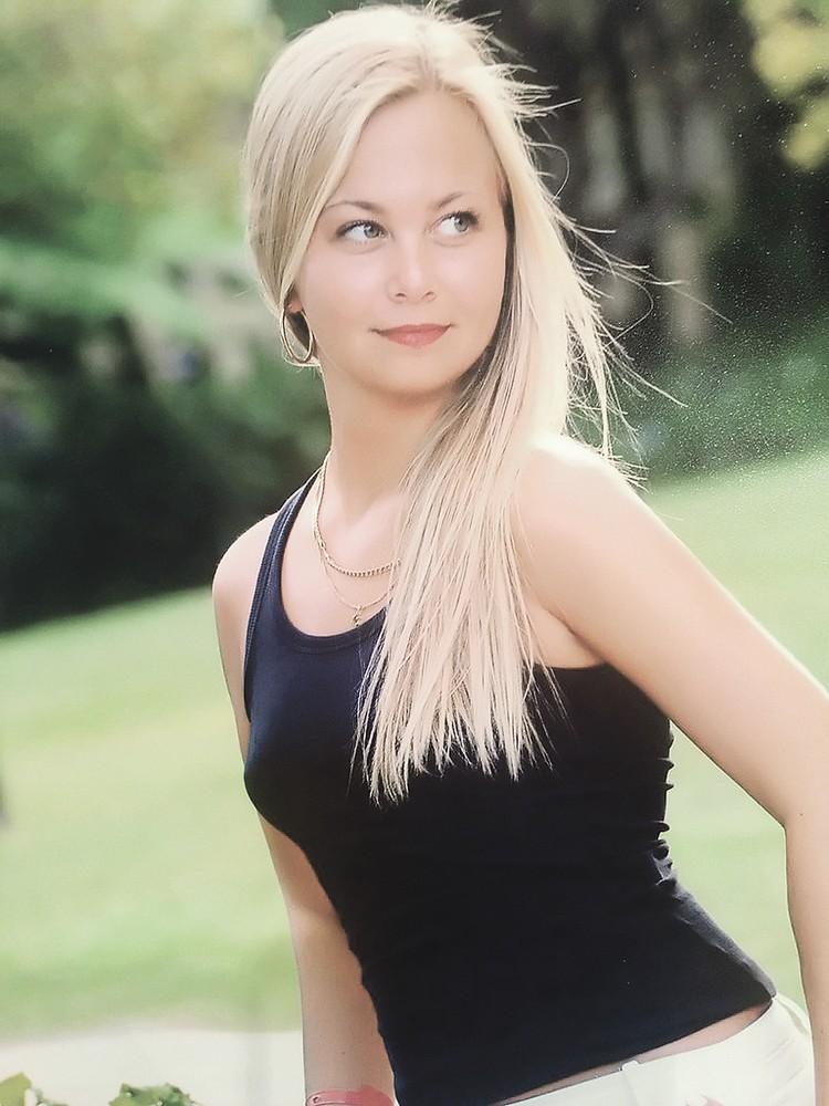 ...очень похожа на бывшую невесту телеведущего Марию Ивашову - внучку актрисы Светличной.