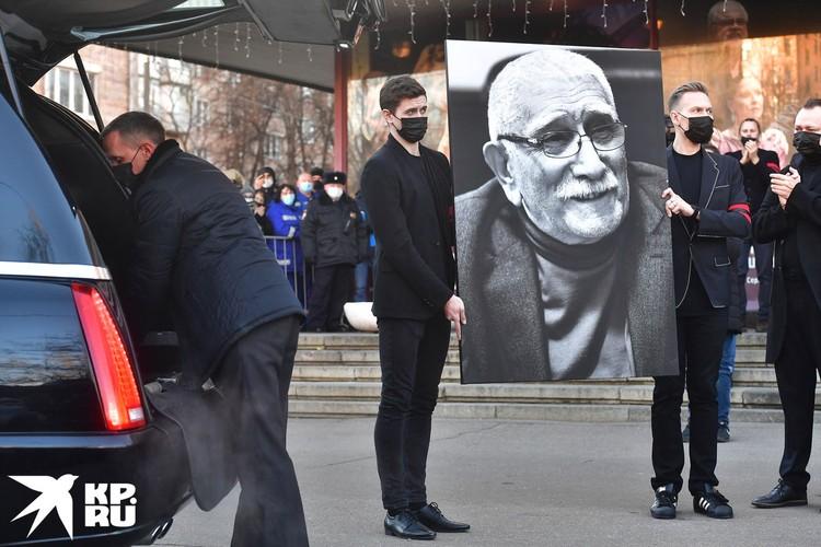 Армена Джигарханяна похоронили рядом с дочерью.