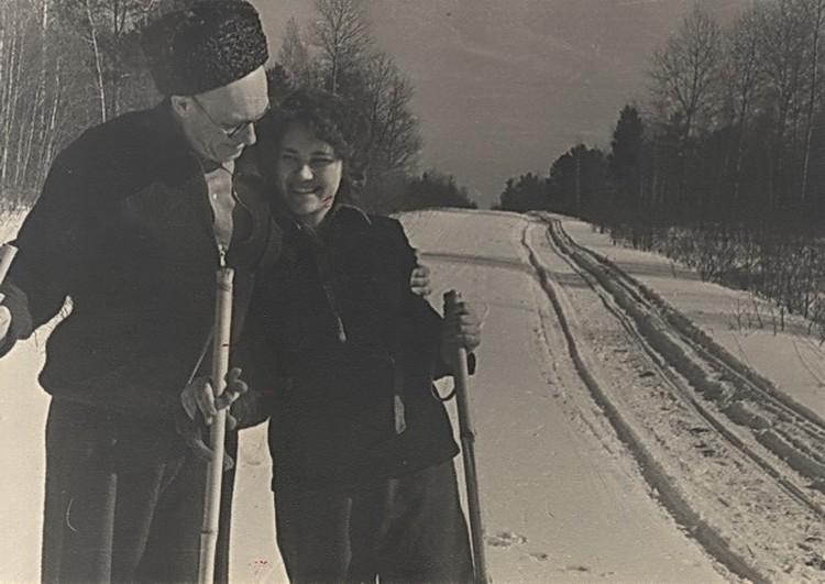 Лаврентьев вместе с дочерью катаются на лыжах.