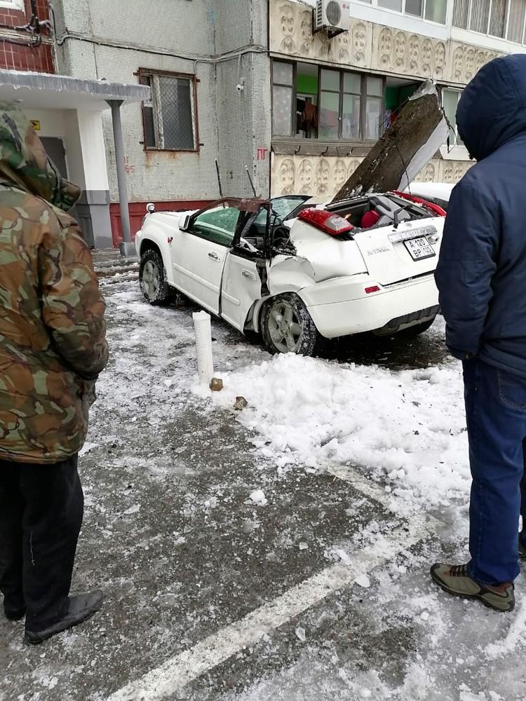 Тяжелая плита раздавила машину. Фото: dpskontrol125rus