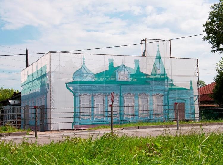 В какой-то момент памятник занавесили, чтобы скрыть его не самый благоприятный вид. Фото с сайта Гороховецкого историко-архитектурного музея.