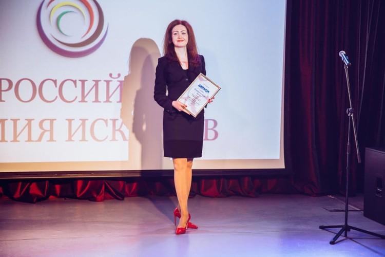 "Директор фонда ""Созидающий мир"" Наталия Берзина вручила награды. Фото предоставлено фондом «Созидающий мир»."