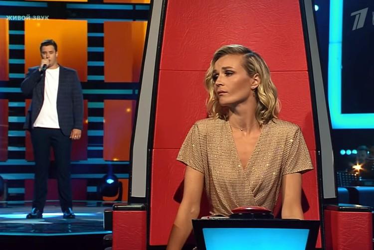 Еще секунда и Полина Гагарина нажмет на красную кнопку. Фото: стопкадр из ролика на Youtube-канале шоу Первого канала (The Voice Russia).