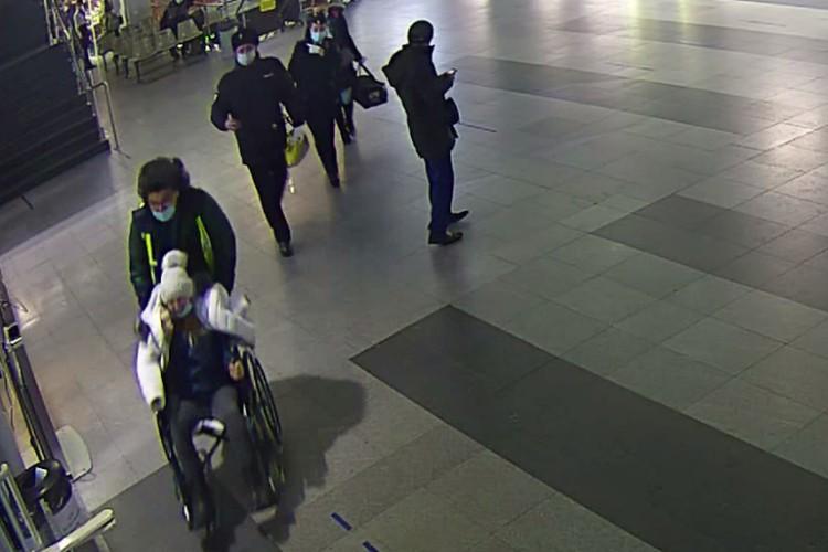 Роженицу вывозят из терминала. Фото: скриншот с видео