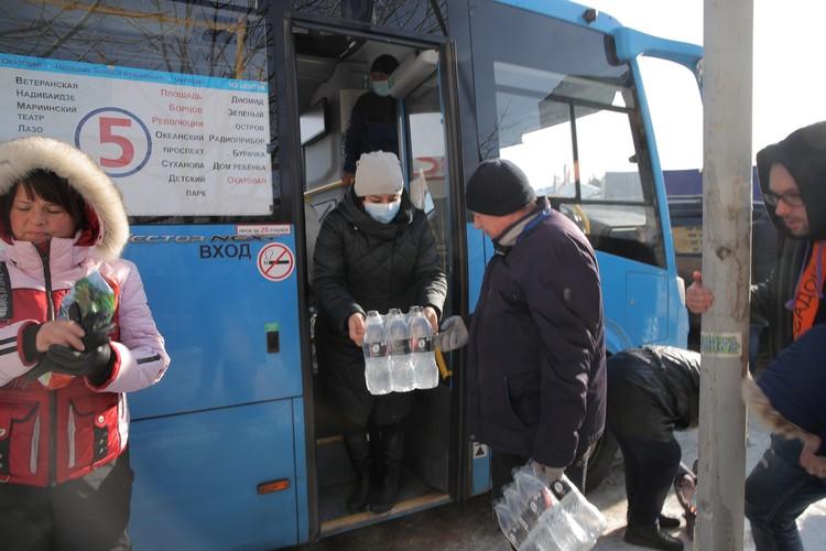 По этим же адресам организована раздача воды. Фото: vlc.ru