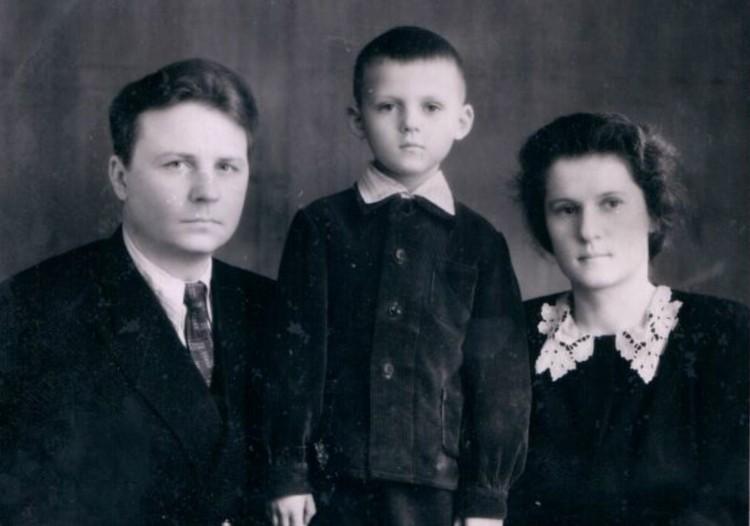 Егор и Зинаида Лигачевы с сыном Александром. Новосибирск, 1954 г. Фото: Личный архив