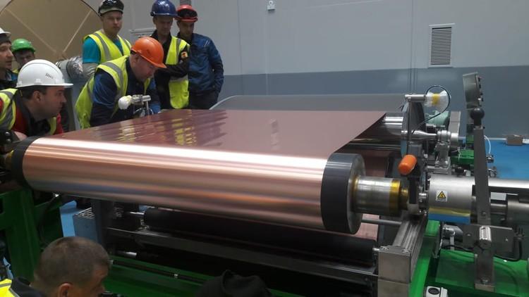 После первых пробных запусков новое оборудование завода позволило выдать рулон длиной 2,5 тысячи метров. Фото РМК.