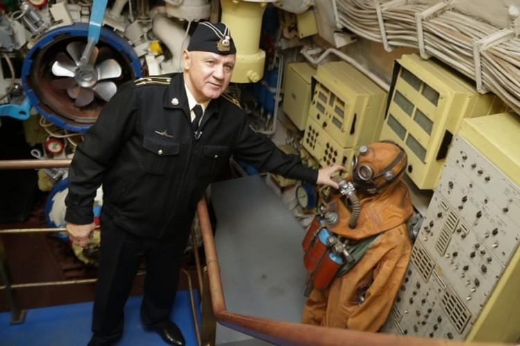 Сергей Кубынин показывает спасательный комплект, который помог подводникам выжить. Фото: из личного архива Сергея Кубынина