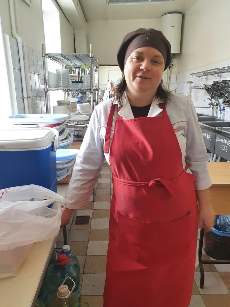 Ольга готовит вкусные горячие обеды для пострадавших от непогоды земляков.