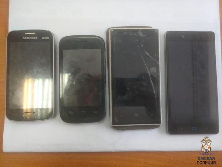 Также подростки забрали из дома четыре телефона.