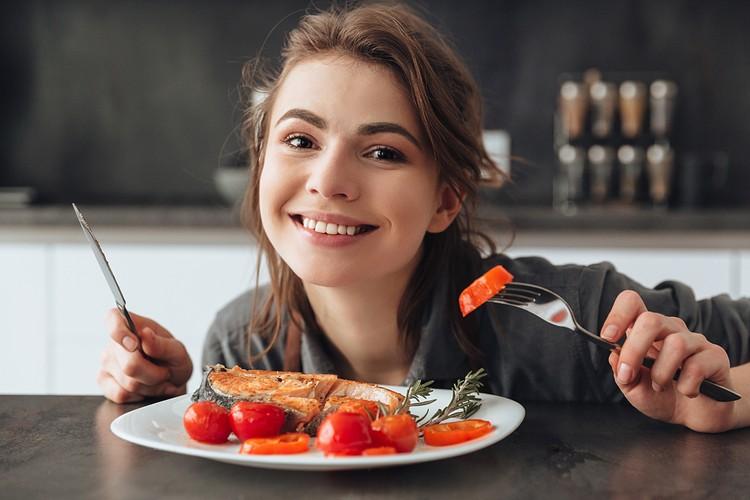 Что касается рыбы, диетолог рекомендует употреблять и жирные, и нежирные сорта