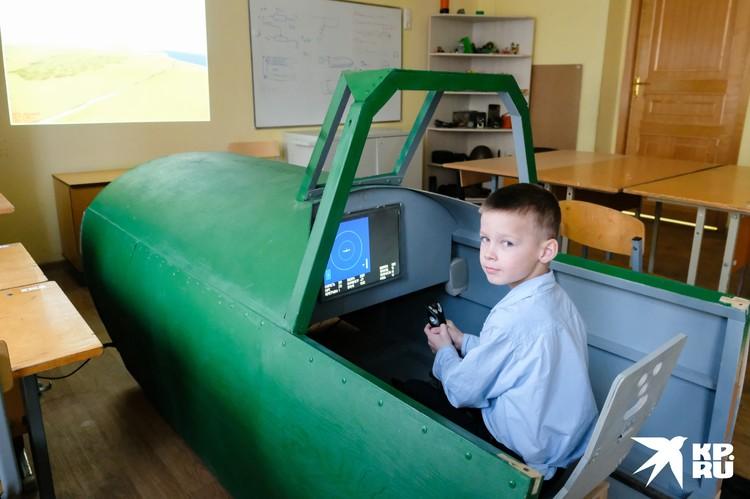В самодельной кабине школьники чувствуют себя настоящими летчиками