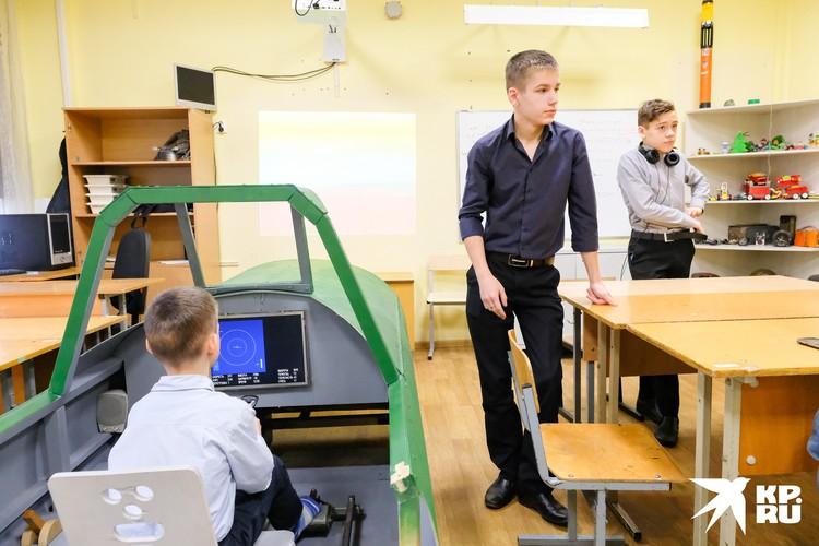 Строить и оснащать кабину электроникой Николаю помогают его ученики