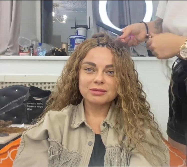 Певица обзавелась светлыми кудряшками. Фото: кадр видео.