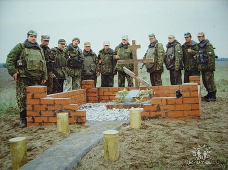 Памятник, поставленный солдатами и офицерами полка на месте боя. Надпись на нем гласит «Светлая память однополчанам 255 гвардейского мотострелкового полка, геройски погибшим за Родину!»