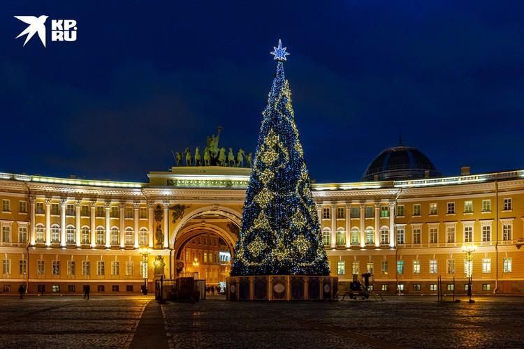 Массовых хороводов вокруг елочки на Дворцовой в этом году также не будет.