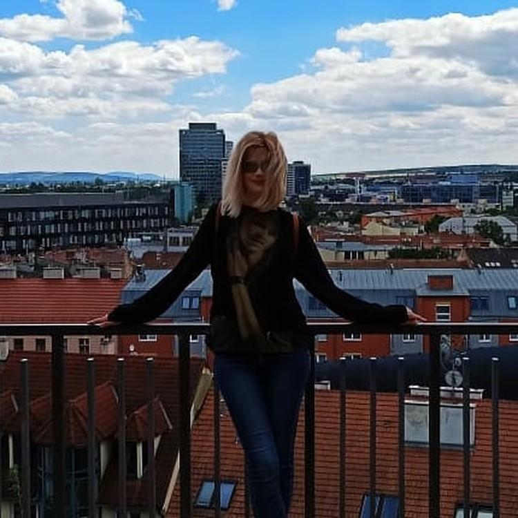 В последние годы Элеонора живет в Европе.