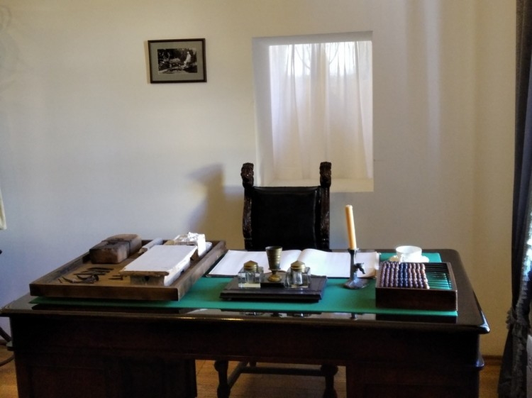 Буфетную комнату поэт переделал под хозяйственный кабинет