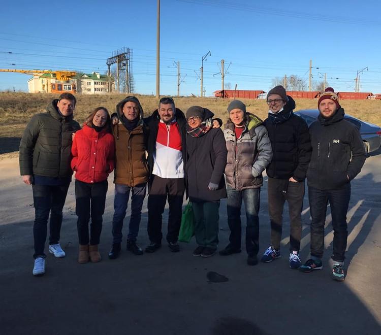 Илью Черепко-Самохвалова встречают близкие и коллеги Фото: группа «Петли Пристрастия» в фейсбуке, facebook.com/petlia