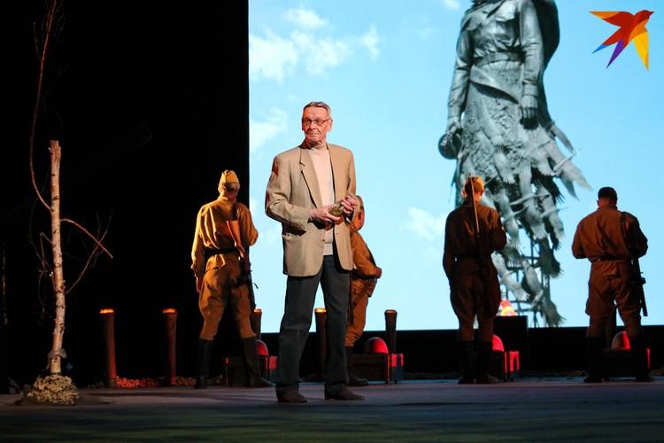 Режиссер Александр Сафронов выступает в спектакле в роли рассказчика.