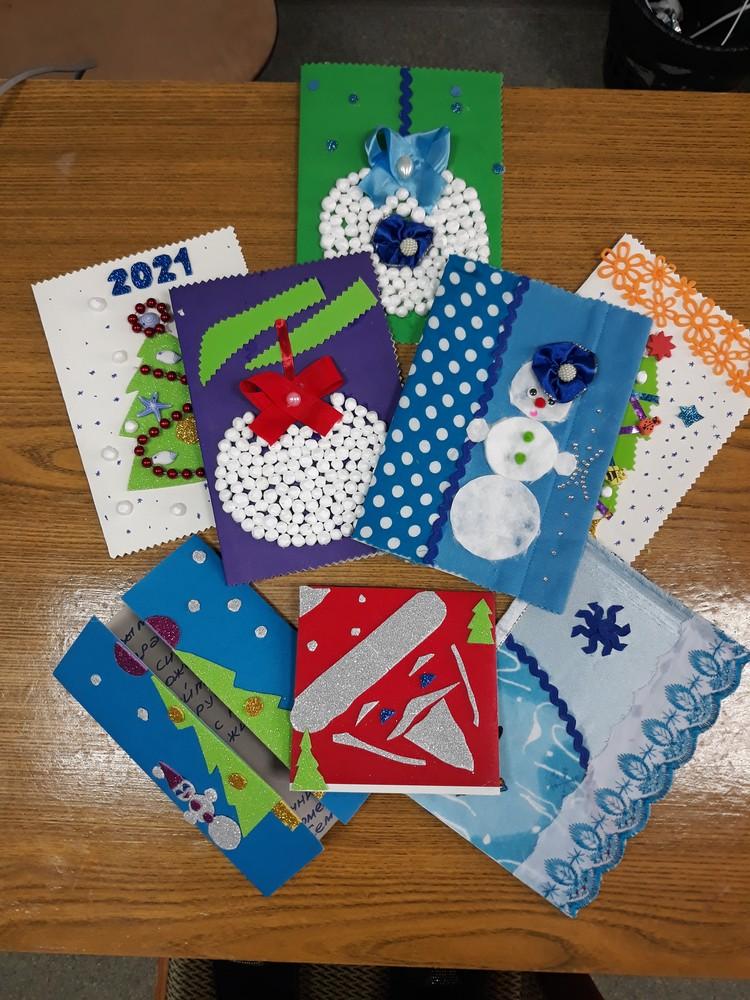Дети сделали для одиноких стариков новогодние открытки. Фото министерства труда и социальной защиты области