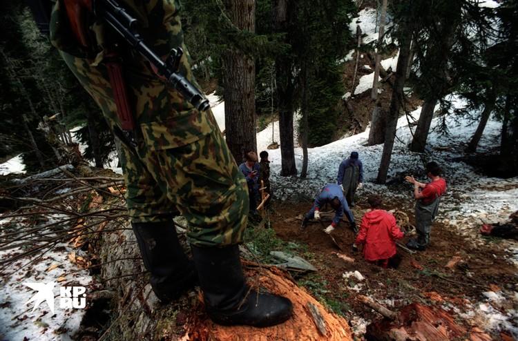 Спасатели под прицелом грузинских боевиков забирают тела погибших пилотов вертолета МИ 6 . Вертолет летел в блокадный город Ткварчели с продовольствием и был сбит в горах на подлете к городу