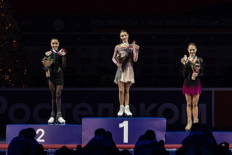 На пьедестале Камилла Валиева (2 место), Анна Щербакова (1 место) и Александра Трусова (3 место).