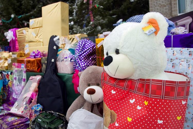 Подарки от Деда Мороза получили 67 воспитанников семейного центра в Уфе