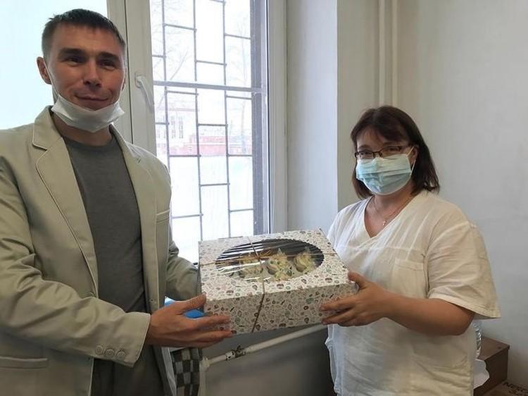 Илья Чильчагов подарил медикам капкейки, которые приготовила его супруга. Фото: instagram.com/gkb9.chelyabinsk