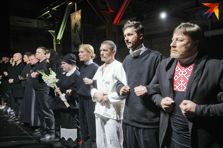 """Ушедшие актеры Купаловского театра выстроились на сцене в сцепку после открытой репетиции спектакля """"Тутэйшыя""""."""