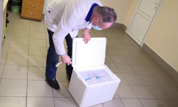 Перед журналистами коробку с тестами открыли на несколько секунд.